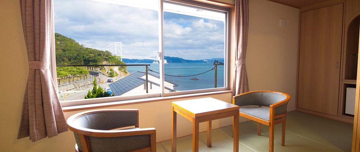 窓から鳴門海峡を望む